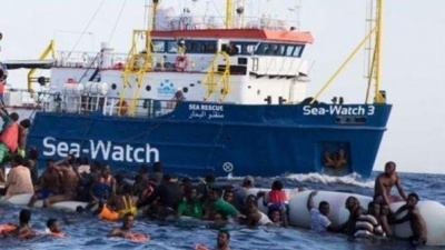 "Sequestrata la Sea Watch, i migranti scendono. Protestanti: ""Pronti ad accogliere"". L'ira del Ministro Salvini"
